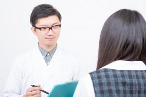 事務員と話す医者